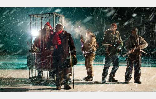 Vangittu tonttu (Peeter Jakobi), Riley (Per Christian Ellefsen), Piiparinen (Rauno Juvonen), Aimo (Tommi Korpela) ja Rauno (Jorma Tommila). Kuva: Mika Orasmaa. © Cinet Oy.