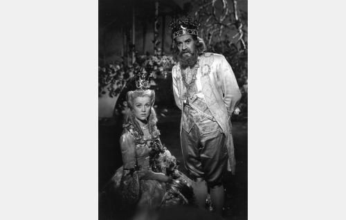 Kuningas (Aarne Laine) ja kuningatar (Mirjam Novero).