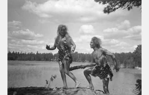 """Helena Kara ja Kullervo Kalske """"kivikauden ihmisinä"""" elokuvan unijaksossa."""