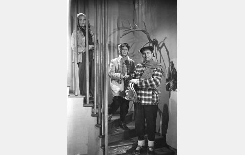 Maire Lehtinen (Helena Kara, vas), hänen isänsä Filip Lehtinen (Helge Ranin) ja tämän uusi morsian Kerttu (Martta Kontula).