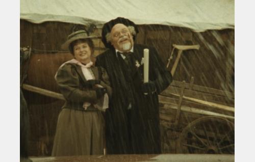 Ville Vallgren, oik. Carl Vilhem Vallgren (Juhani Kumpulainen) ja Antoinette Vallgren (Eriikka Magnusson).