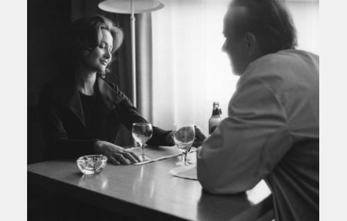 Marjatta (Aila Arajuuri) ja Aaro  (Tapio Hämäläinen) ravintolassa. Kuva: Risto Laine / Filmi-Jatta Oy.
