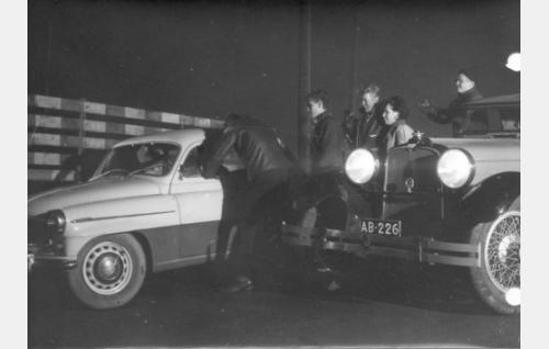 Jengin autoajelulla Kale (Ville-Veikko Salminen) pakottaa edellä ajaneen auton pysähtymään.