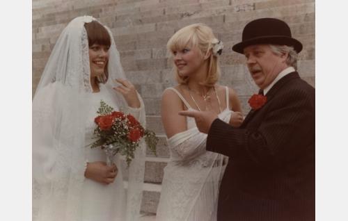 Kaarina Veräjä, Kielon tytär (Pirkko-Liisa Tikka), Kielo Veräjä, naisagentti (Maarit Halme) ja johtaja Hervell alias FBI:n erikoisosaston  mies (Simo Salminen).