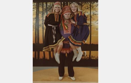 Kielo Veräjä, naisagentti (Maarit Halme), matemaatikko Mutikainen alias agentti DDT / Richard Iljevitsh Jyrä (Spede Pasanen) ja Sinikka, naisagentti (Johanna Raunio) lappilaisissa asuissaan.