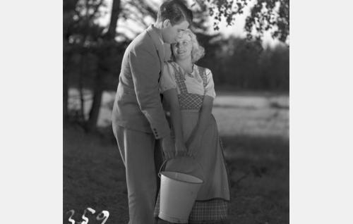 Armas (Otso Pera) ja Silja (Regina Linnanheimo).