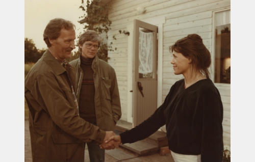 Pekan isä (Kalevi Kahra), Mari Magyar, myöh. Eskola (Mari Kiss) ja Pekka (Tom Wentzel).
