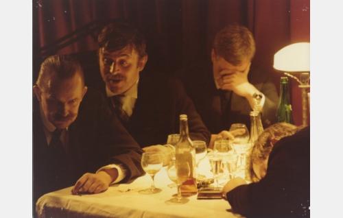 Symposium Kämpissä. Vasemmalta Akseli Gallen-Kallela (Kalle Holmberg), Eino Leino (Esko Salminen), Pekka Halonen (Kari Sohlberg) ja Jean Sibelius (Henri Kapulainen). Kuva: Jussi Aalto.