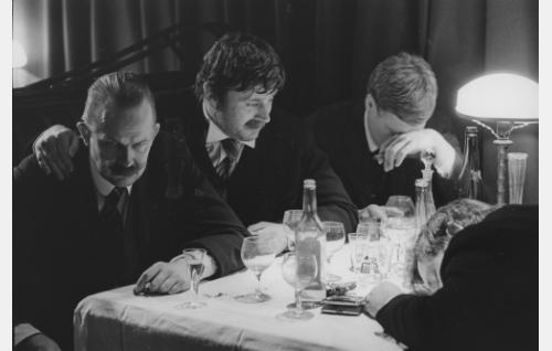 Symposium Kämpissä. Vasemmalta Akseli Gallen-Kallela (Kalle Holmberg), Eino Leino (Esko Salminen), Pekka Halonen (Kari Sohlberg) ja Jean Sibelius (Henri Kapulainen).