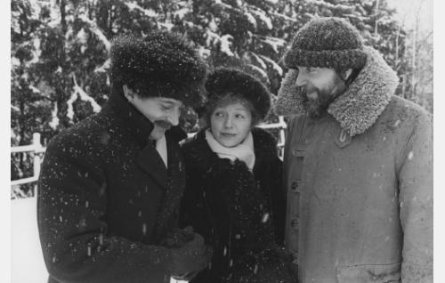 Vasemmalla  Esko Salminen (Eino Leino), Elina Salo (L. Onerva) ja ohjaaja Jaakko Pakkasvirta.