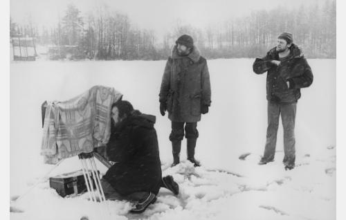 Vas. pääkuvaaja Esa Vuorinen, ohjaaja Jaakko Pakkasvirta ja lavastaja Matti Marttila.