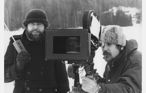 Ohjaaja Jaakko Pakkasvirta ja kuvaaja Esa Vuorinen talvikuvauksissa. Kamera on mykkä-Arriflex.