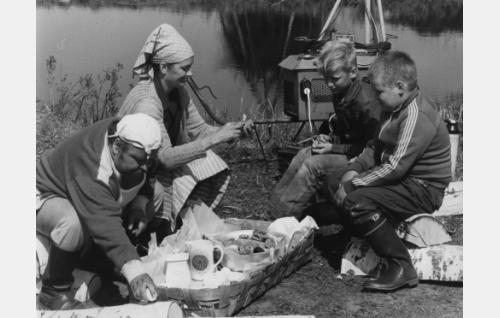 Kiljuset luonnon helmassa. Isä Kiljunen(Jukka Sipilä), Äiti Kiljunen (Marja-Sisko Aimonen) sekä Luru (Kai Lemmetty) ja Mökö  (Jouni Lukus).