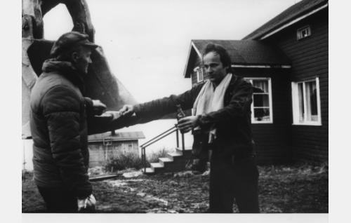 Mikko (Markku Toikka) selvittelemässä välejään isänsä Ville Kurtti) kanssa.