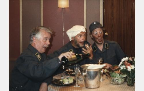 Sörsselsson (Simo Salminen), Härski-Hartikainen (Spede Pasanen) ja Uuno (Vesa-Matti Loiri) juhlivat perusteellisesti puolustusministeriön laskuun.