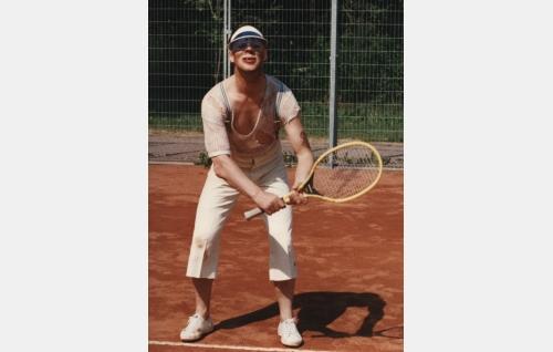 Uuno (Vesa-Matti Loiri) tennisottelussa.