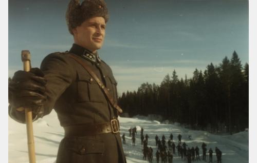 Luutnantti, myöh. kapteeni Lammio (Kari Väänänen).