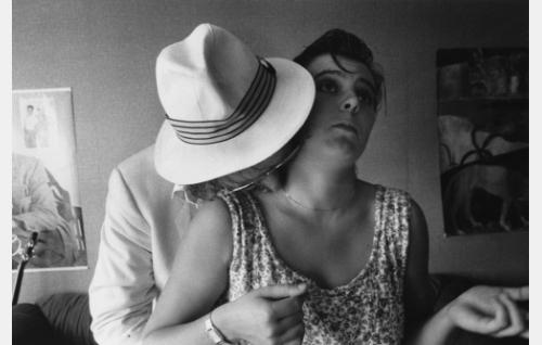 Irma Manner, nainen joka puhuu aina (Sanna-Kaisa Palo) ja valkopukuinen mies (Anssi Mänttäri)