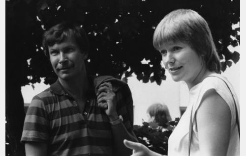 Pera, hyväntahtoinen mies (Erkki Saarela) ja Seija Pikkarainen, nainen joka vihaa köyhyyttä (Kristiina Repo).