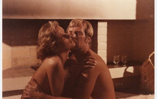 Pete (Ilmari Saarelainen) lemmenleikissä pomon rakastajattaren Velman (Sari Sarmas) kanssa.