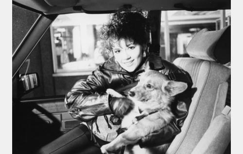 Anni Stark (Tiina Björkman) ja Ebba-koira.