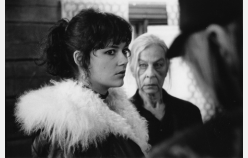 Anni Stark (Tiina Björkman) ja Äite Kyyrölä (Soli Labbart).