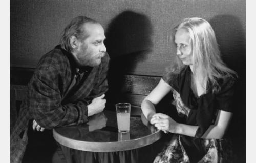 Iris Rukka (Kati Outinen) ja Aarne (Vesa Vierikko).