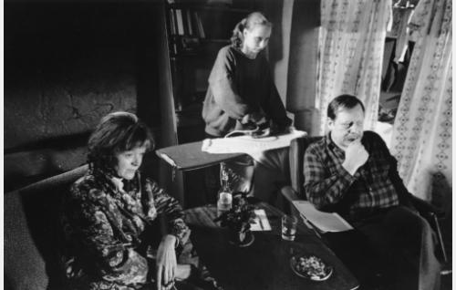 Äiti (Elina Salo), Iris Rukka (Kati Outinen) ja isäpuoli (Esko Nikkari).