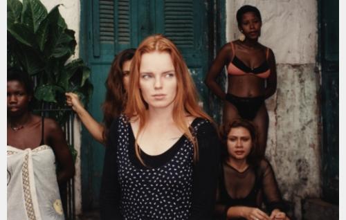 Sini (Petra Karjalainen) etsimässä Brasiliassa Sissi-siskoaan.