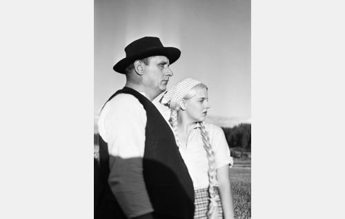 Anni (Regina Linnanheimo) ja hänen isänsä (Heikki Tuominen).