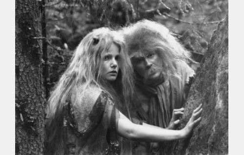 Maahiskeiju (Sari Mällinen) ja Rölli (Allan Tuppurainen).