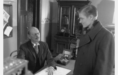 Kauppias (Leif Wager) ja Erik Lindberg (Carl-Gustaf Wentzel).