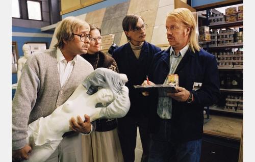 Kauppias Seppo Sillantaus (Heikki Hela), Leila (Mia Selin), Antti (André Wickström) ja varastomies Pera (Heikki Silvennoinen).