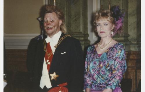 Uuno Turhapuro (Vesa-Matti Loiri) ja hänen vaimonsa Elisabeth (Marjatta Raita) ovat valmiina ottamaan vastaan linnan juhlien vieraat.