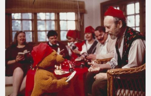 Äiti (Laura Jurkka, vas.), isä (Juha Muje), Reeta (Maria Liljelund), isoäiti (Salme Paasilinna), isoisä (Martti Tschokkinen) ja erakko (Matti Oravisto) saavat Uppo-Nallelta lahjaksi runokirjan.