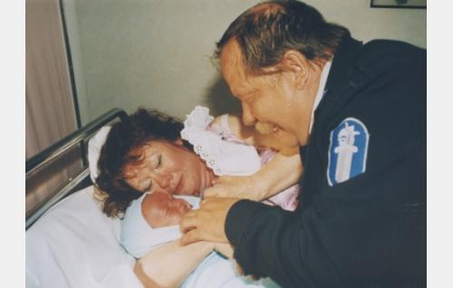 Reino Kuovi, poliisi (Esko Nikkari) ja Kaisa Kuovi (Tuija Piepponen) saavat pojan.