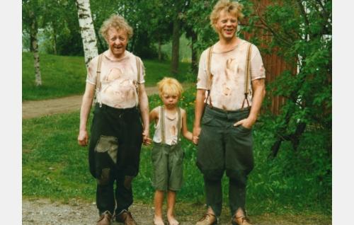 Uunon isä (Olavi Ahonen), pikku-Jeremias, Uunon velipuoli (Jenni Loiri) ja Uuno Turhapuro (Vesku Loiri).