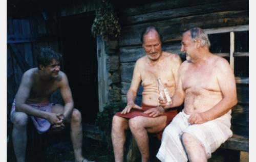 Seppo Sorjonen, taksiautoilija (Santeri Kinnunen), Taavetti Rytkönen (Kalevi Kahra) ja Heikki Mäkitalo ja (Ahti Kuoppala).