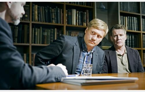 Veljekset Sami (Samuli Edelmann) ja Santtu (Santeri Kinnunen) lakimiehen (Asko Sarkola) luona. Kuva: Solar Films Inc. Oy / Jan Granström.