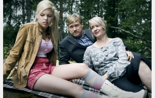 Luodon perhe: Annika (Kerli Kyllönen), Sami (Samuli Edelmann) ja Sari (Katariina Kaitue). Kuva: Solar Films Inc. Oy / Jan Granström.