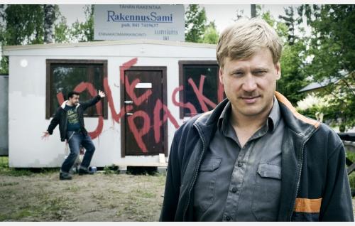 Sami (Samuli Edelmann) joutuu uhkailun kohteeksi. Taustalla Jere (Kristo Salminen). Kuva: Solar Films Inc. Oy / Jan Granström.