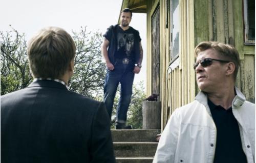 Sami (Samuli Edelmann, selin), Jere (Kristo Salminen) ja Santtu (Santeri Kinnunen). Kuva: Solar Films Inc. Oy / Jan Granström.