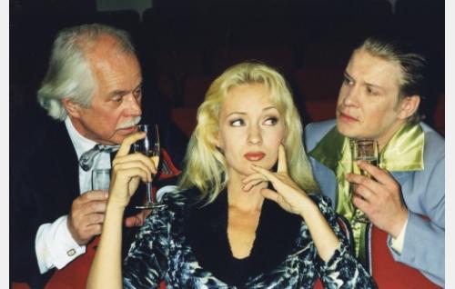 Insinööri Sörsselsson (Simo Salminen) ja Peni Turhapuro, Uunon pikkuveli (Santeri Kinnunen) testaavat charmiaan yksityisetsivä Pia Terävän (Katariina Kaitue) viihdyttäjinä.