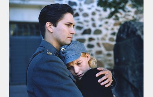 Veikko (Ilkka Villi) ja Mona (Laura Birn) tapaavat Annan hautajaisten jälkeen.