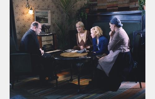 Moisiossa radion ääressä isä Helmer (Pertti Sveholm), äiti Lilli (Miitta Sorvali), tytär Mona (Laura Birn) ja Maija (Minna Kangas).