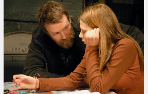 Isä ja tytär, Harri (Jorma Tommila) ja Ninni (Kaneli Johansson).