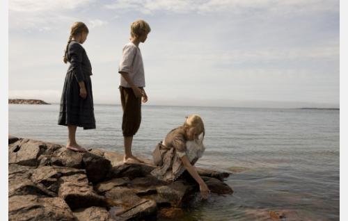 Sofia (Eleonora Andersson), Albert (Erik Lönngren) ja Iris (Agnes Koskinen) Lökskärissä. Kuva: Stefan Bremer.