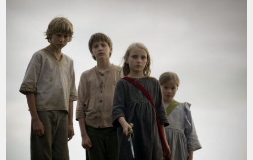 Albert (Erik Lönngren), Erik (Richard Hägerstrand), Iris (Agnes Koskinen) ja Sofia (Eleonora Andersson). Kuva: Stefan Bremer.
