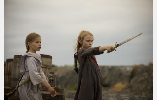 Sofia (Eleonora Andersson) ja Iris (Agnes Koskinen) Lökskärissä. Kuva: Stefan Bremer.