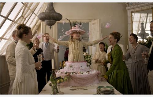 Iris (Agnes Koskinen, keskellä) juhlii syntymäpäiviään. Kuva: Stefan Bremer.